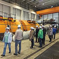 Aktive TSV Oldies vor der Turbine im Maschinenhaus