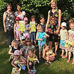 Übergabe Geschenke an Kinder mit vollen Bewegungspässen im Kindergarten (rechts Anke Kallmeyer)