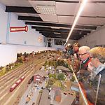 011_Oldies bestaunen die Modelleisenbahn